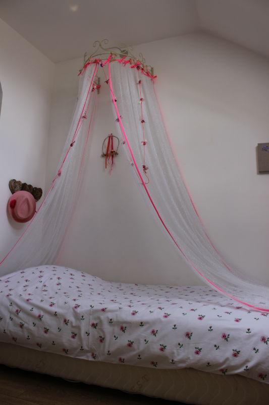 rideau ciel de lit en tulle paillet blanc argent gans biais rose fluo tendre amour. Black Bedroom Furniture Sets. Home Design Ideas